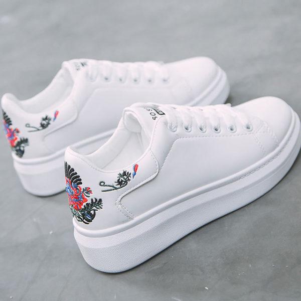 Белые кроссовки с вышивкой - осенний тренд 2019